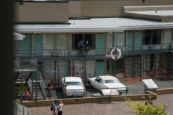 zicht op bet motel van waar geschoten is